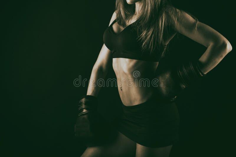 Сексуальная женщина фитнеса на черной предпосылке стоковые изображения rf
