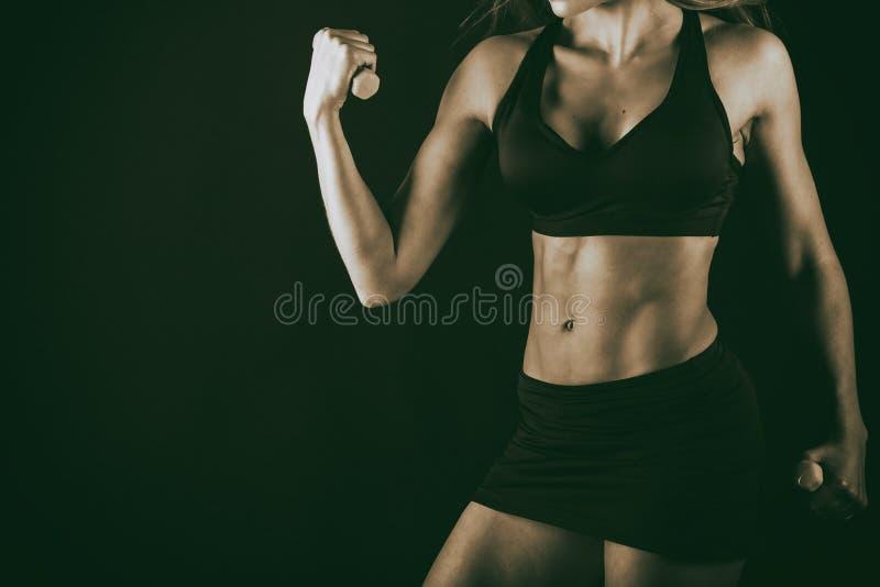 Сексуальная женщина фитнеса на черной предпосылке стоковая фотография