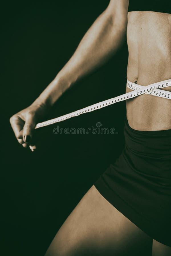 Сексуальная женщина фитнеса на черной предпосылке стоковое изображение