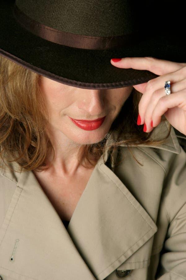 сексуальная женщина trenchcoat стоковые фотографии rf