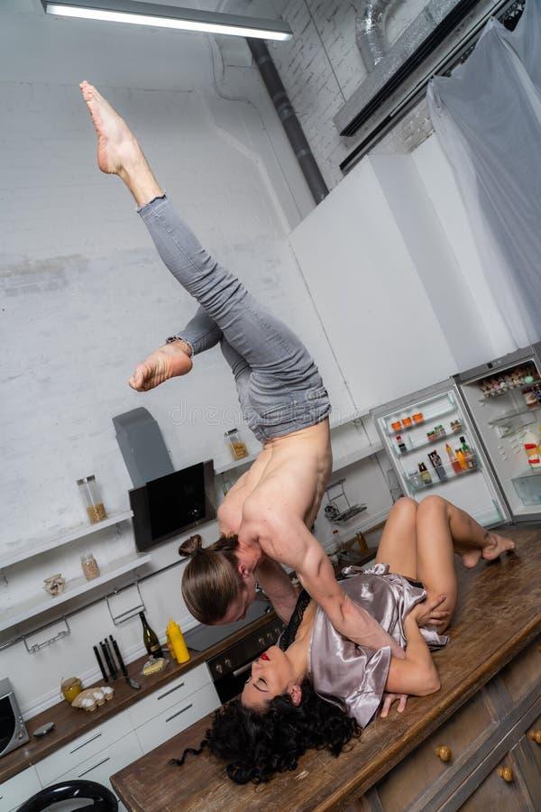Сексуальная игра между парой на столе на кухне концепция разнообразия сексуальной жизни стоковое фото rf