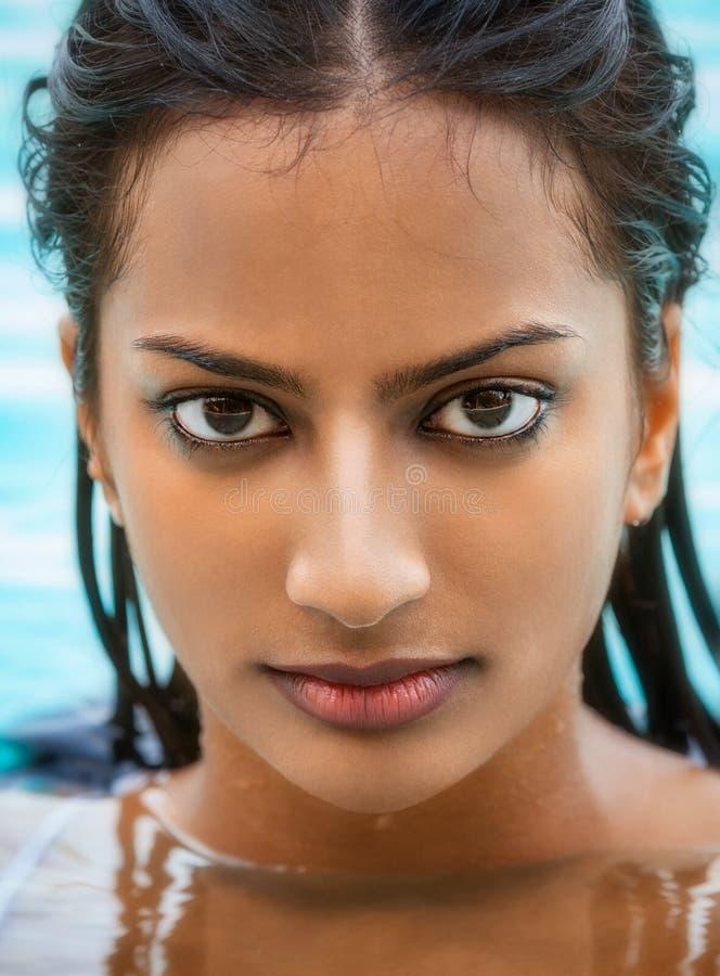 Сексуальная индийская азиатская девушка женщины в бассейне стоковое изображение