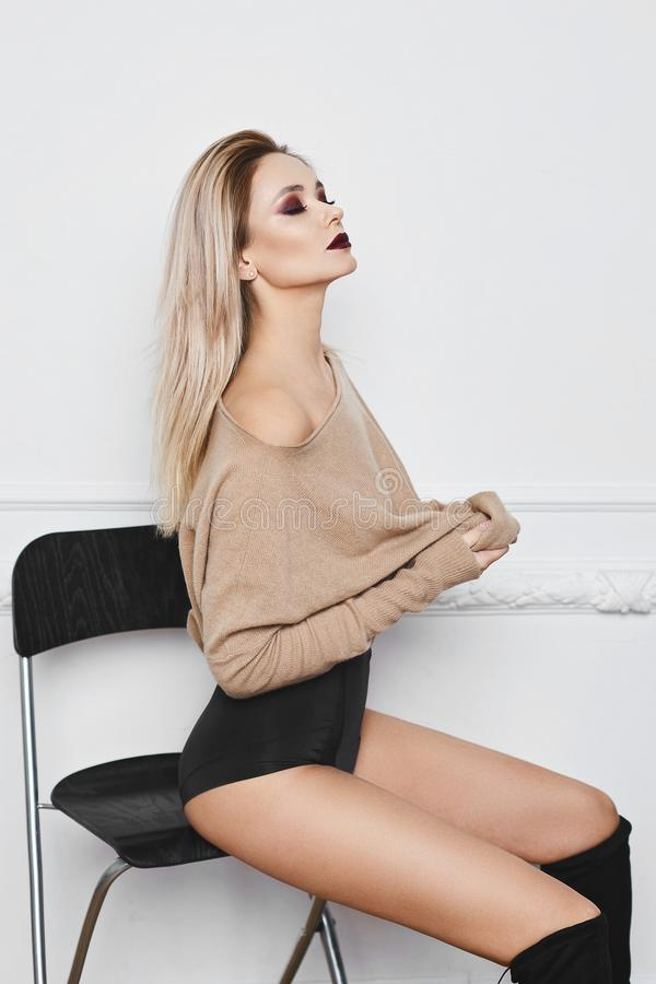 Сексуальная и красивая белокурая модельная девушка с ярким составом и изумительными голубыми глазами в черном стильном женское бе стоковые фотографии rf