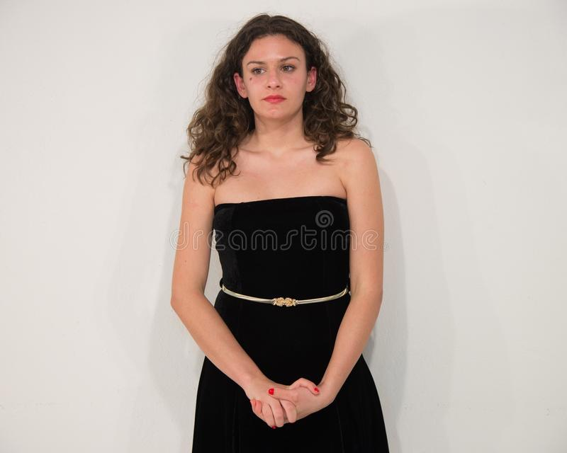 Сексуальная и красивая молодая женщина в платье, изолированном на белом backg стоковые изображения rf