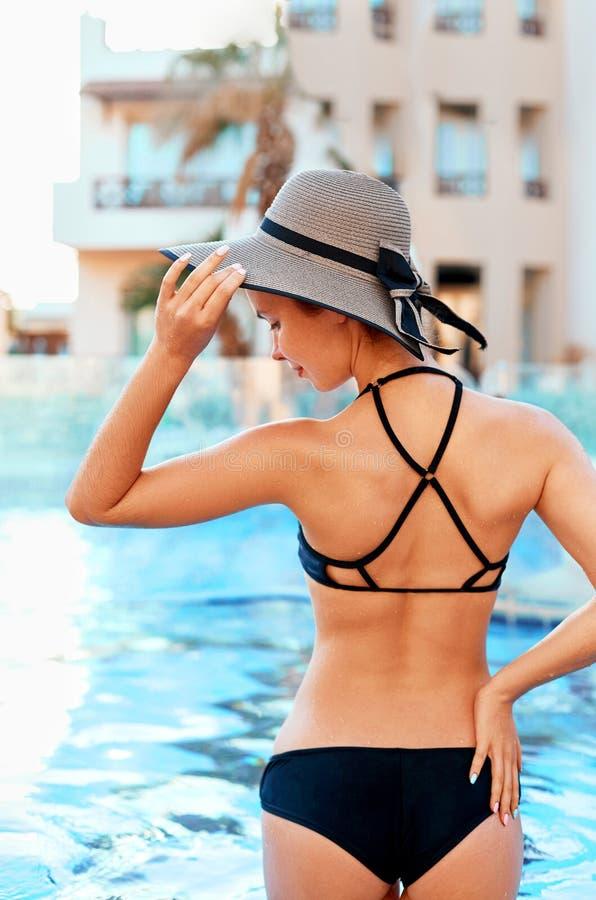 Мода лета женщины Сексуальная красивая женская модель с подходящим телом, длинными ногами, здоровой кожей Tan в элегантном Swimwe стоковое изображение rf