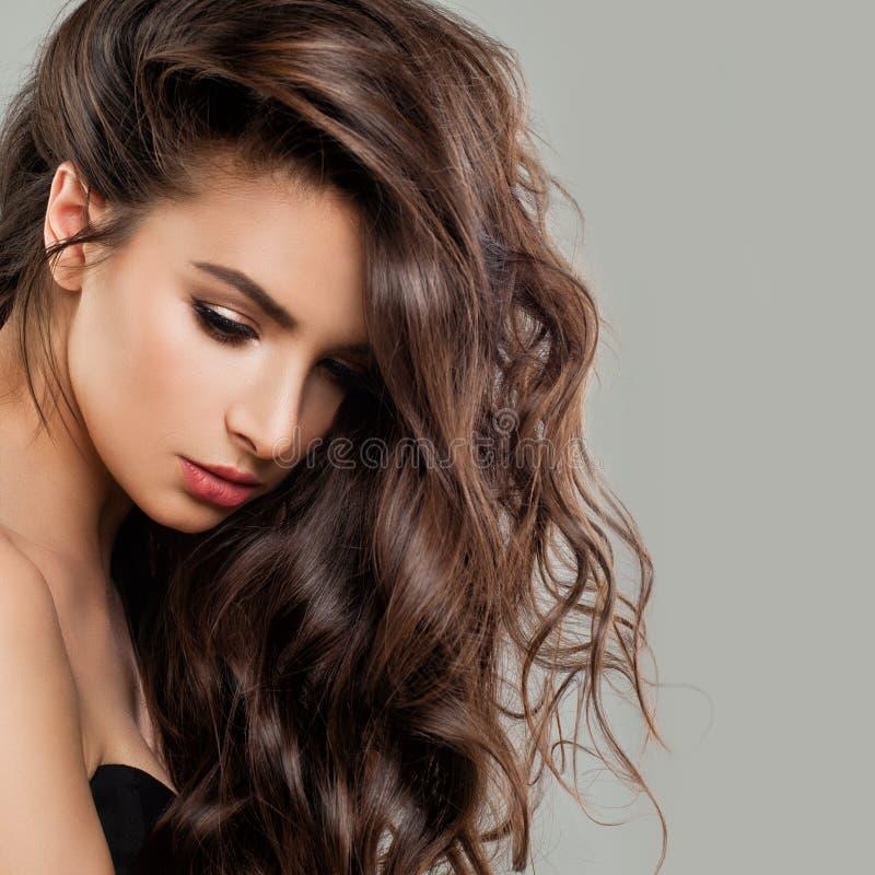 Сексуальная красивая фотомодель женщины с совершенным стилем причёсок стоковое фото rf