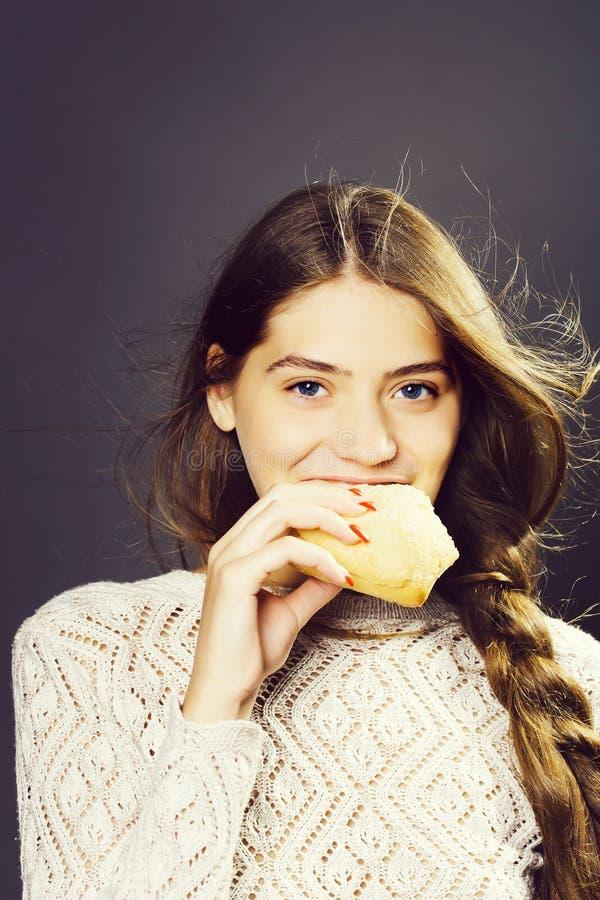 Сексуальная маленькая девочка есть хлебец стоковое фото rf