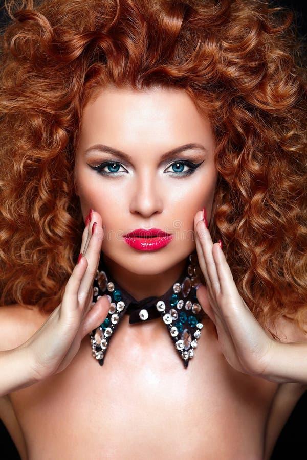 Сексуальная модель redhead с совершенной чистой кожей стоковая фотография rf