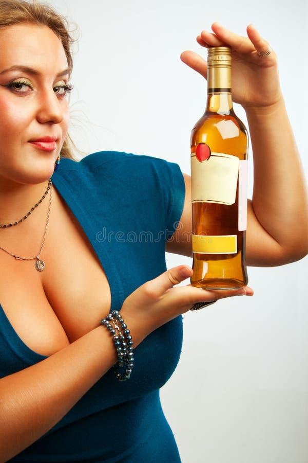 Сексуальная молодая женщина с бутылкой рома стоковые фотографии rf