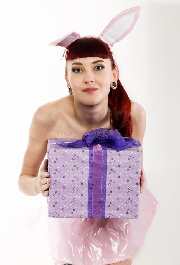 Сексуальная молодая женщина redhead в костюме зайчика с подарками стоковые изображения rf