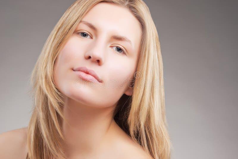 Сексуальная молодая кавказская белокурая женщина стоковое фото