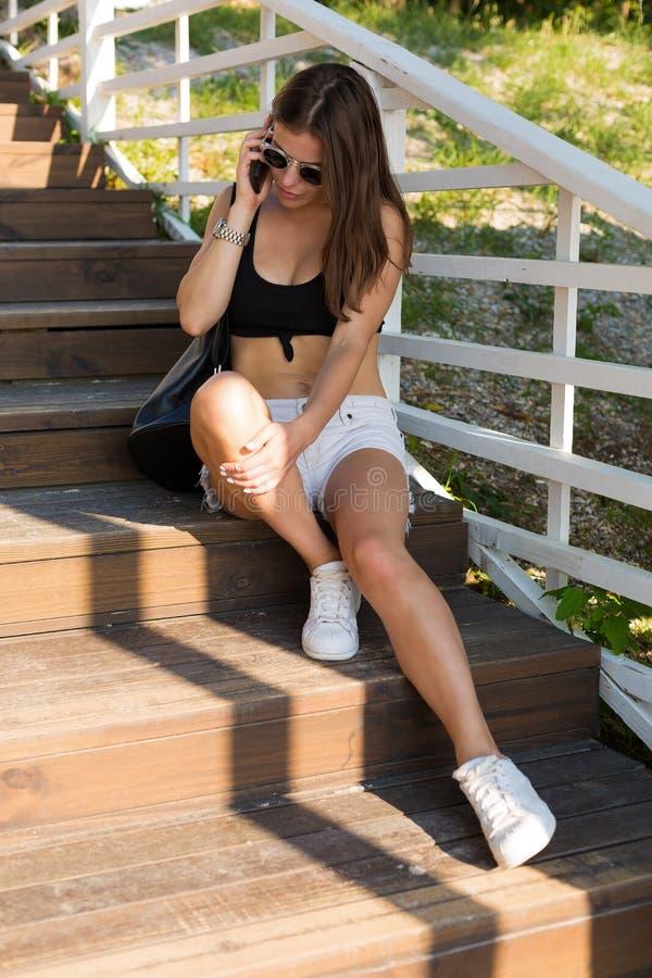 Сексуальная стильная женщина в городе лета стоковое фото rf