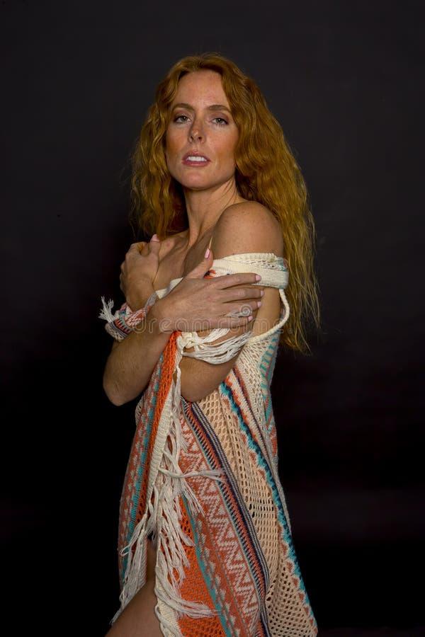 Сексуальная топлесс модель Redhead представляя внутри помещения в окружающей среде студии стоковое фото