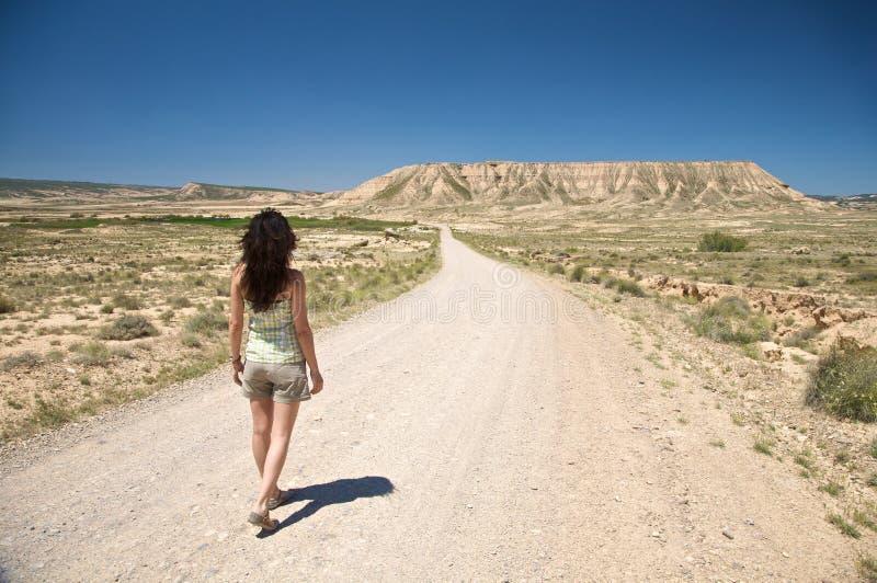 Сексуальная hiking женщина пустыни стоковые изображения