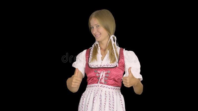Сексуальная oktoberfest официантка в традиционном баварском платье усмехаясь на камере стоковые фотографии rf
