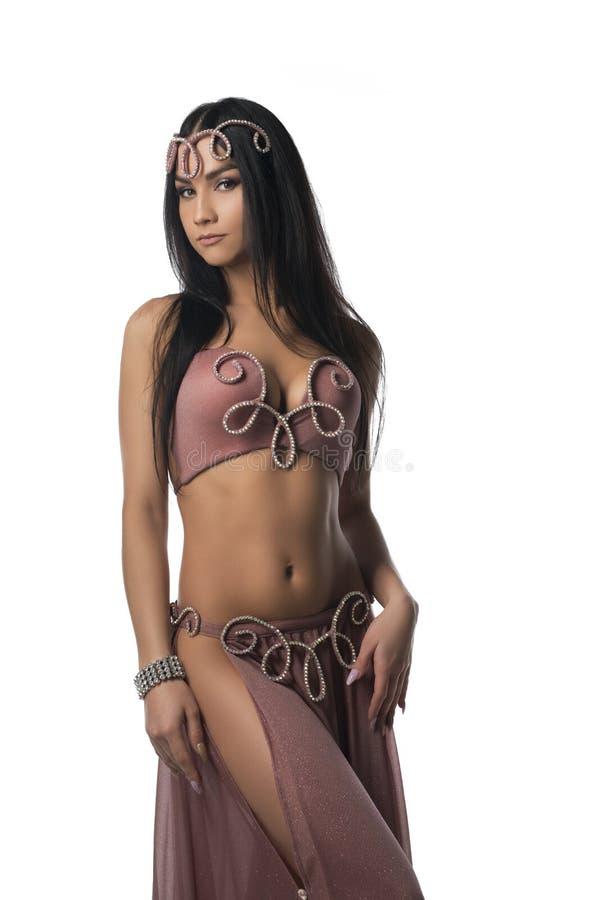 Сексуальное брюнет в розовом восточном платье подрезало съемку стоковая фотография