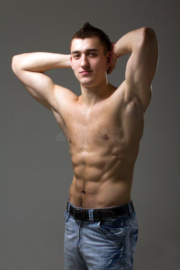 сексуальное красивейшего человека мышечное стоковое изображение rf