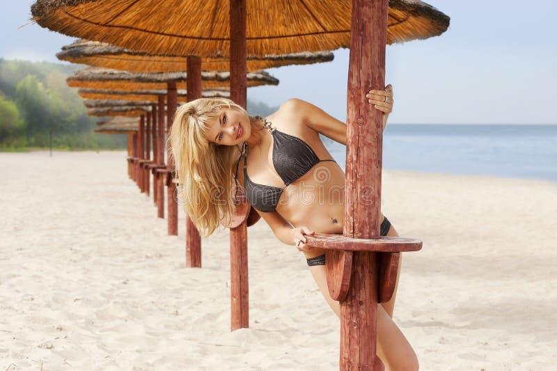 сексуальное пляжа белокурое стоковая фотография rf