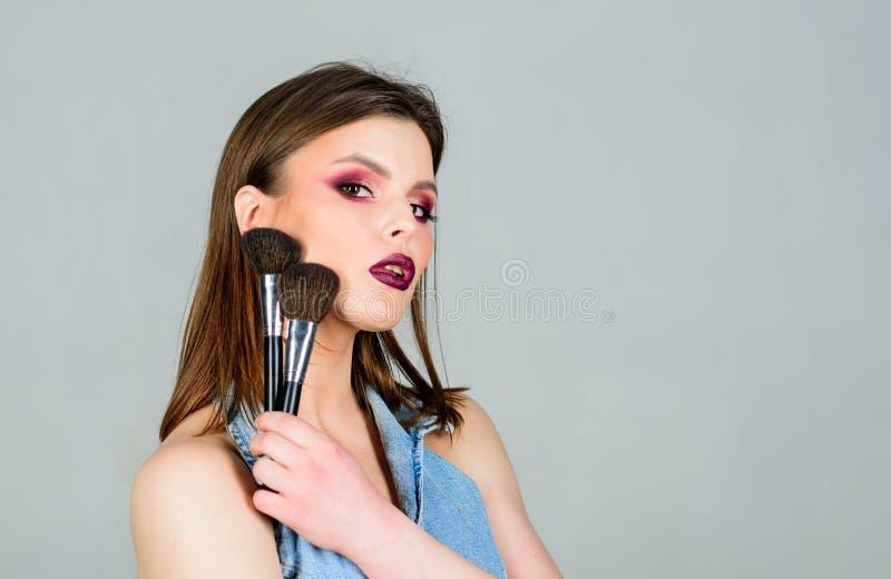 Сексуальность косметики skincare чувственная женщина с длинными волосами, стилем выражение лица макияжа моды салон парикмахера кр стоковое изображение rf
