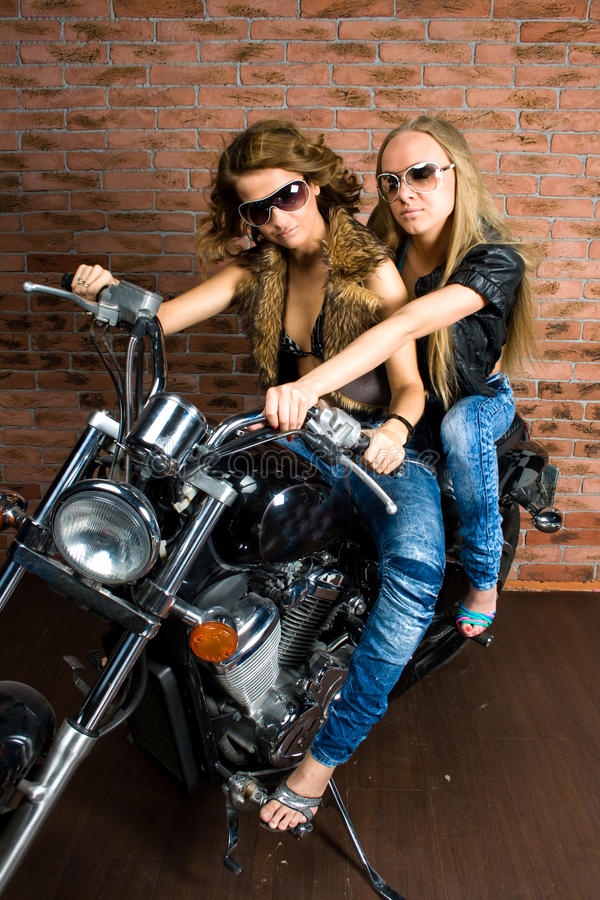 Сексуальные девушки на мотовелосипеде стоковое изображение
