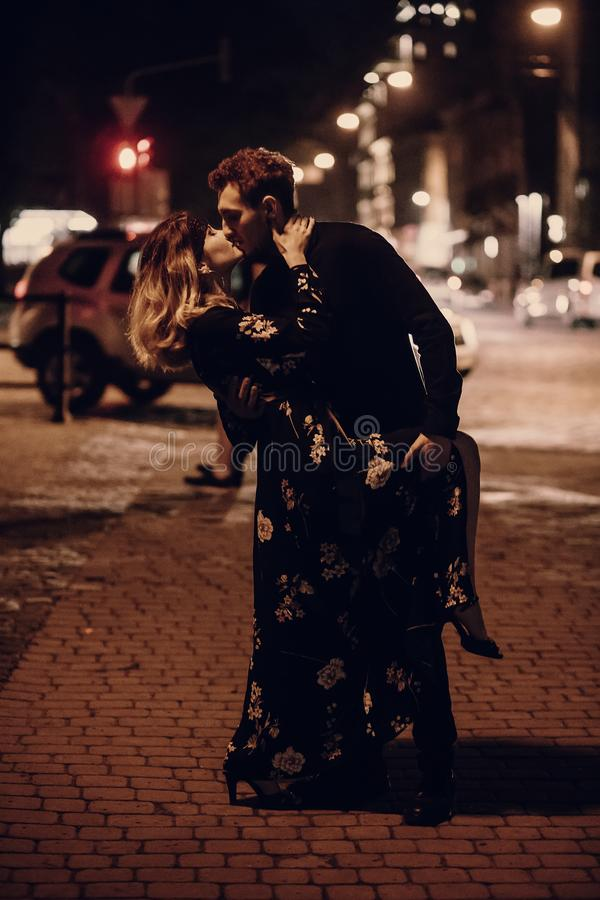 Сексуальные пары целуя outdoors в улице, поцелуе 2 любовников в n стоковые фото