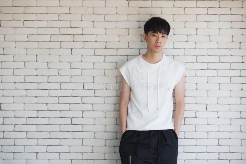 Сексуальный азиатский модельный человек стоя и представляя стоковое изображение