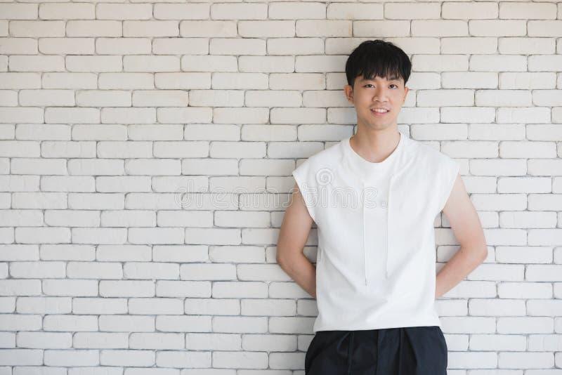 Сексуальный азиатский модельный человек стоя и представляя стоковые фотографии rf