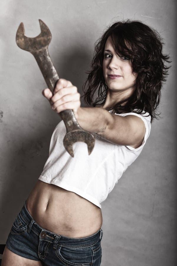 Сексуальный инструмент гаечного ключа ключа удерживания девушки стоковая фотография rf