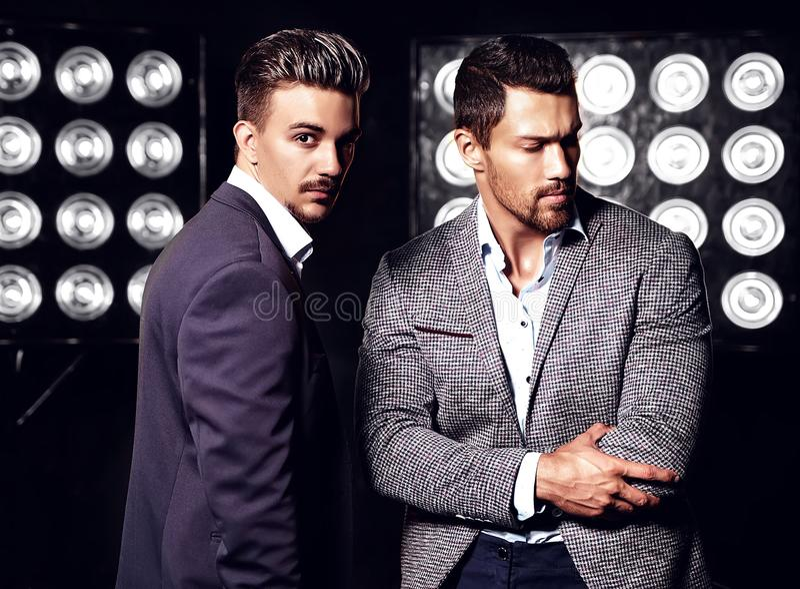 Сексуальный красивый мужчина моды 2 моделирует людей одетых в элегантных костюмах стоковые фотографии rf