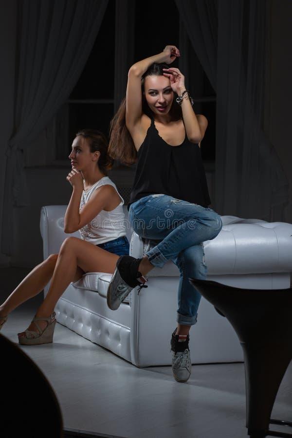 2 сексуальных девушки представляя в студии стоковая фотография rf