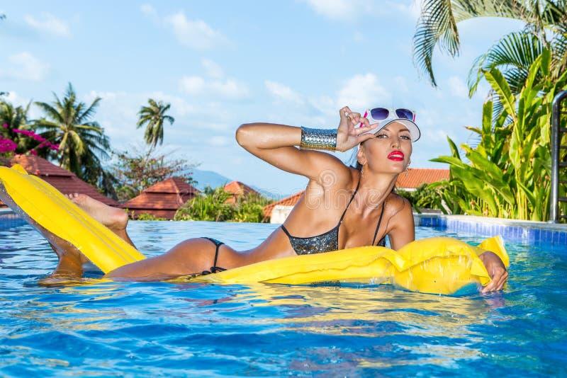 Сексуальная дама с длинными ногами на бассейне стоковые фотографии rf