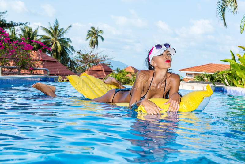 Сексуальная дама с длинными ногами на бассейне стоковые изображения rf