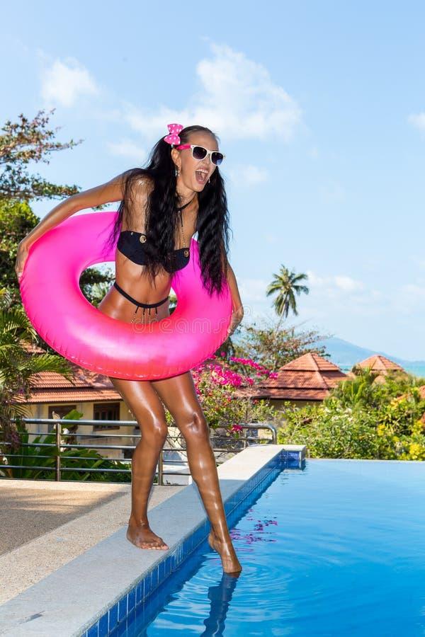 Сексуальная дама с длинными ногами на бассейне стоковая фотография rf
