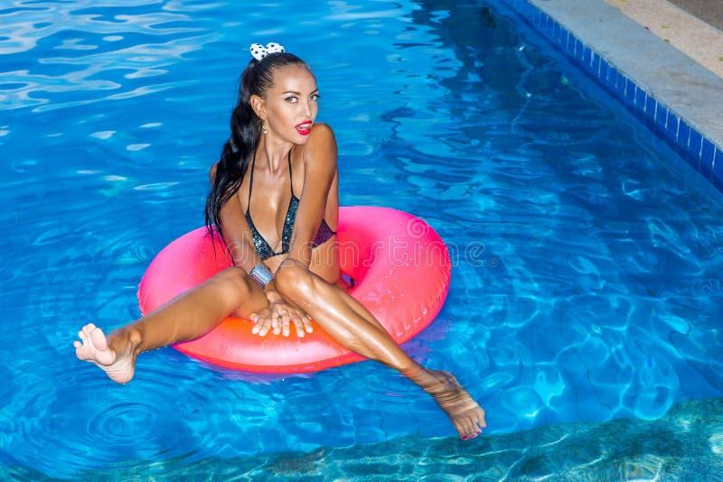 Сексуальная дама с длинными ногами на бассейне стоковое фото rf