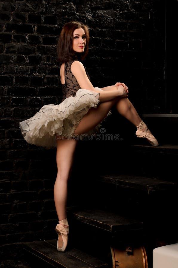 Сексуальная балерина в лестницах балетной пачки взбираясь стоковые изображения rf