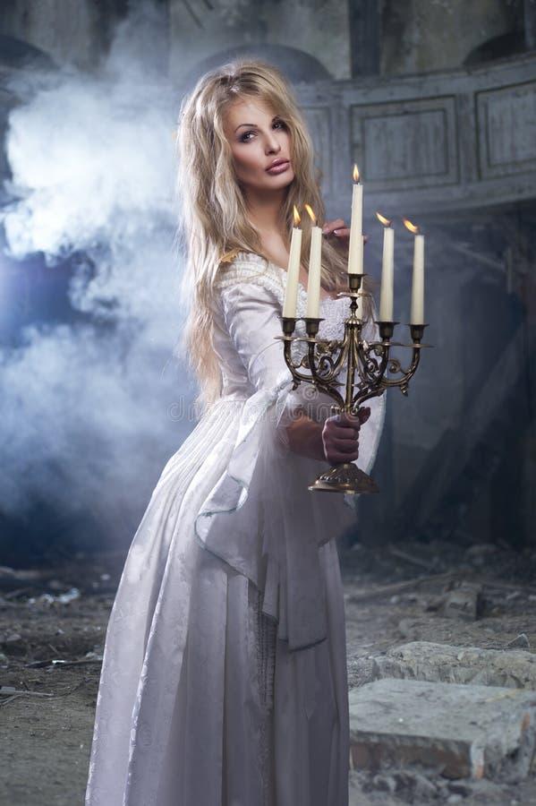 Сексуальная белокурая женщина с candelstick стоковое изображение rf