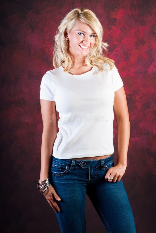 Сексуальная белокурая фотомодель девушки в голубых джинсах стоковое изображение