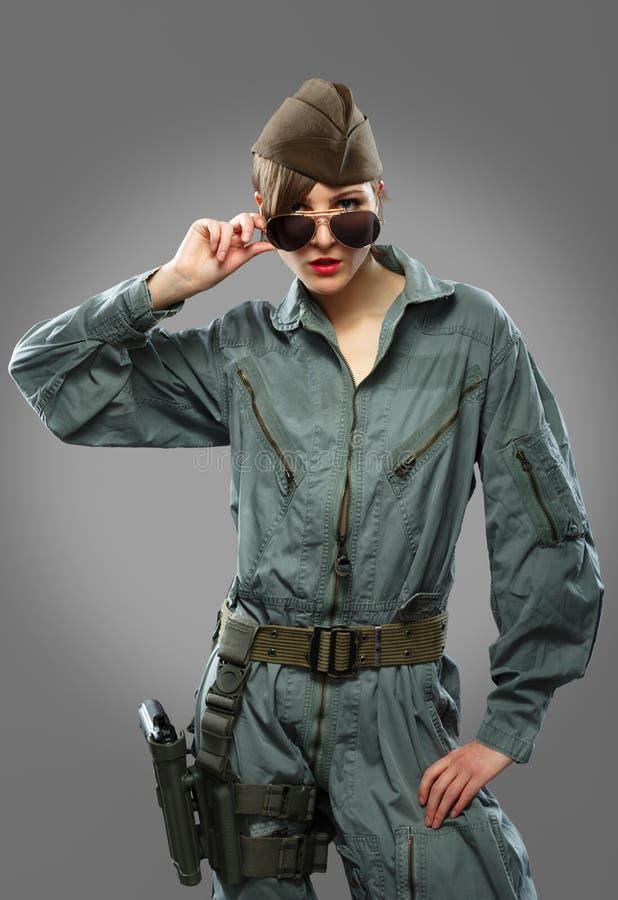 Сексуальная девушка одетая как представлять вертолета пилотный в солнечных очках стоковое фото rf