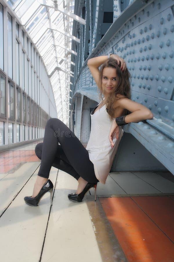 Сексуальная девушка смотрит камеру стоковое изображение