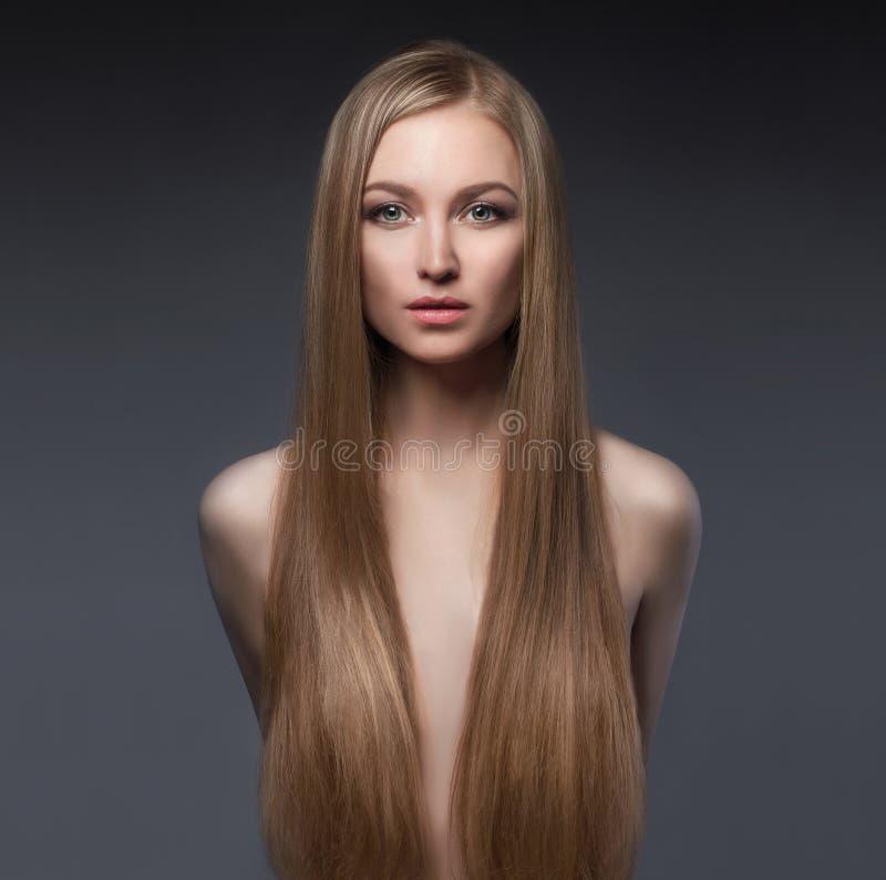 Сексуальная девушка с длинными здоровыми волосами стоковое фото