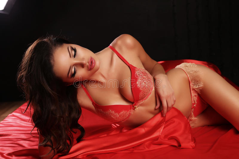 фото девушки в красном белье