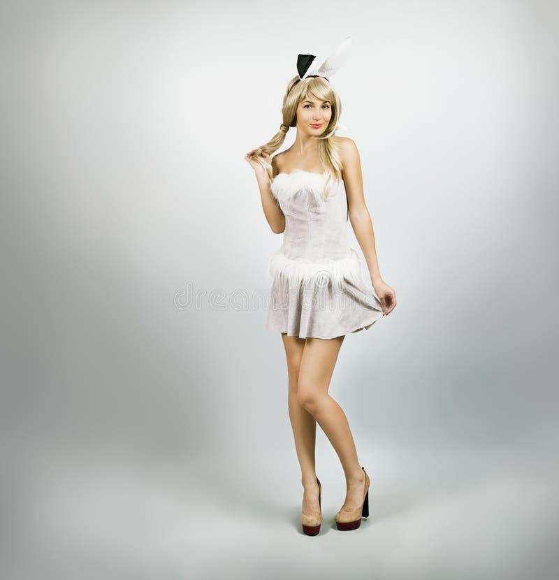 Сексуальная женщина в костюме зайчика с ушами кролика стоковая фотография rf