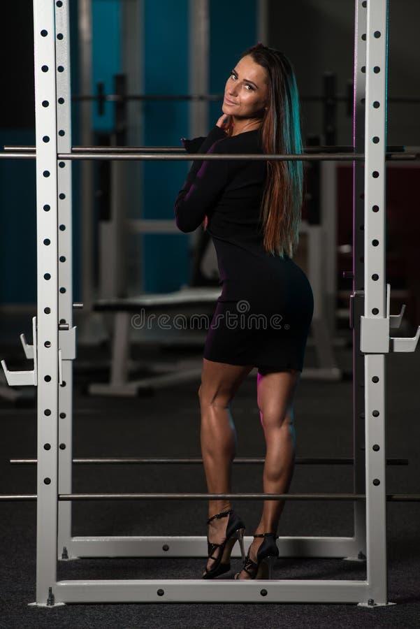 Сексуальная женщина в спортзале представляя на камере стоковые фотографии rf