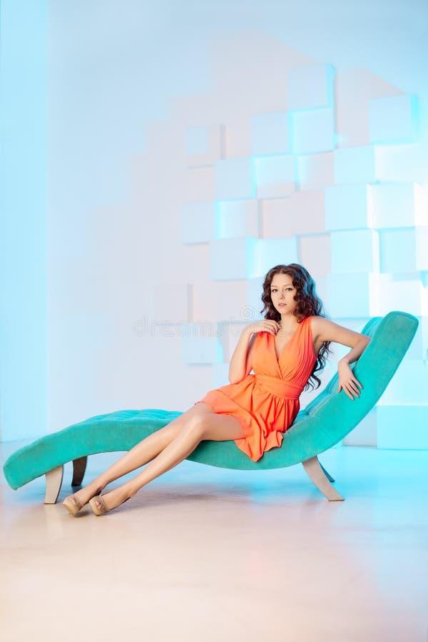 Сексуальная женщина лежа на софе в роскошном interion красивейшая девушка сексуальная стоковое изображение