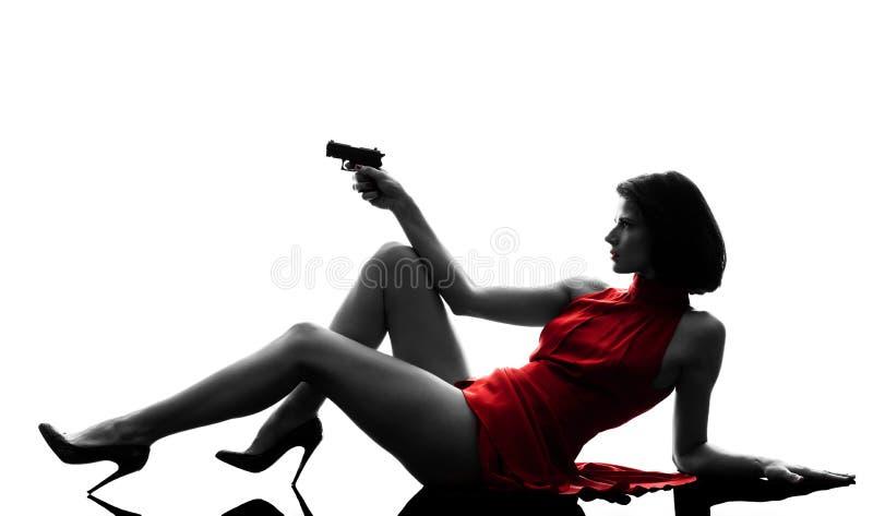 Сексуальная женщина держа силуэт оружия стоковое изображение