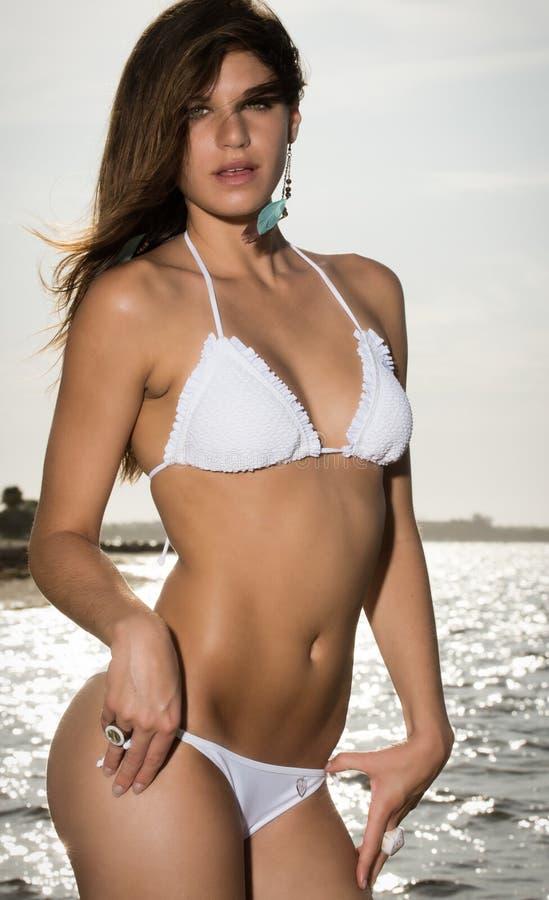 Сексуальная женщина на пляже на восходе солнца стоковое фото rf