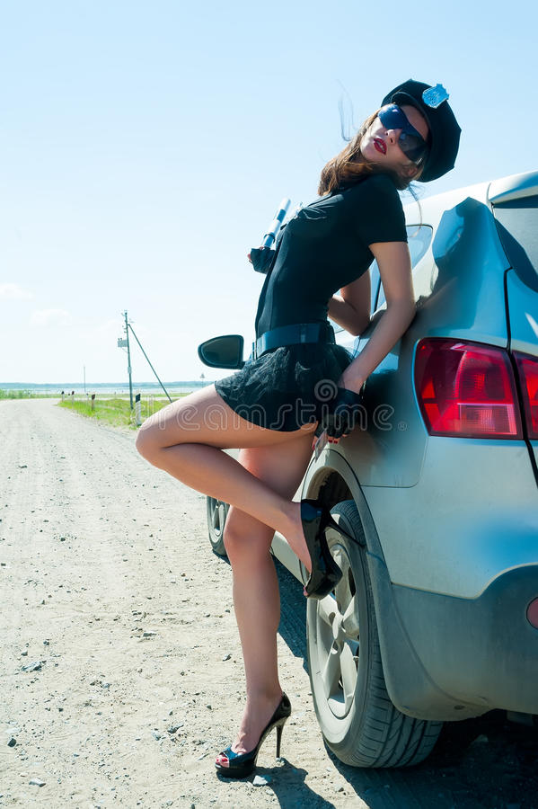 Сексуальная женщина полиции на дороге стоковые изображения
