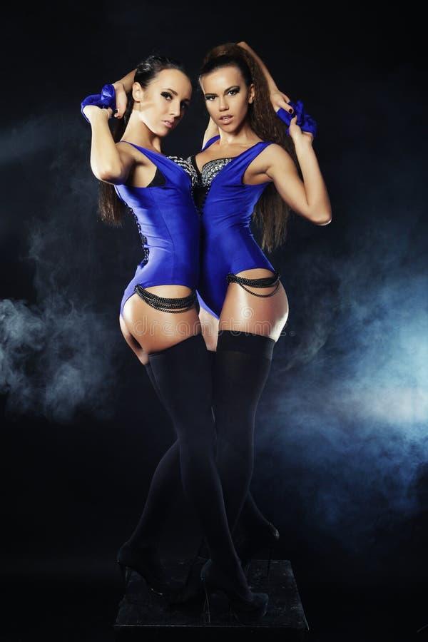 Download Сексуальная женщина 2 представляя в женское бельё Стоковое Фото - изображение насчитывающей модели, lesbian: 37926886
