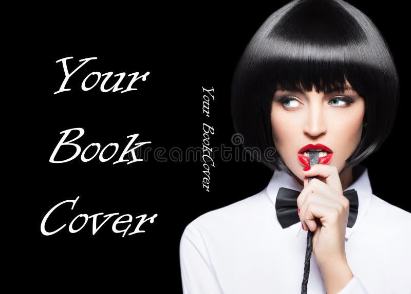 Сексуальная женщина с красными губами в обложке книги портрета хлыста укуса парика стоковое изображение