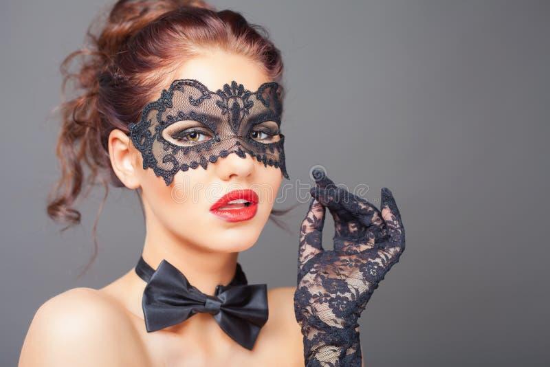 Сексуальная женщина с маской масленицы стоковое изображение